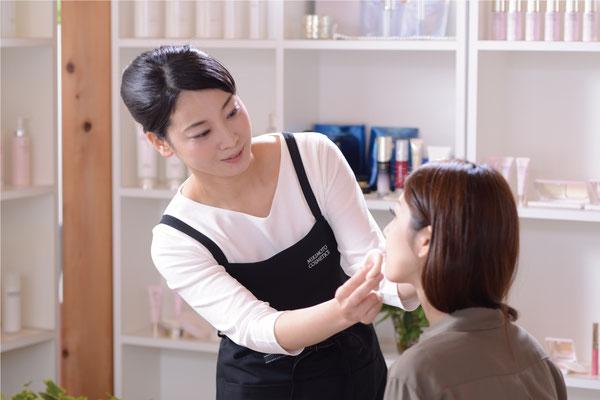 真珠肌の匠「パールフェイスパートナー」がお客様のお肌に必要なニーズをお調べいたします。