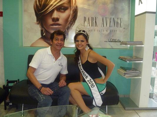 Roberto con Nuestra Belleza Morelos