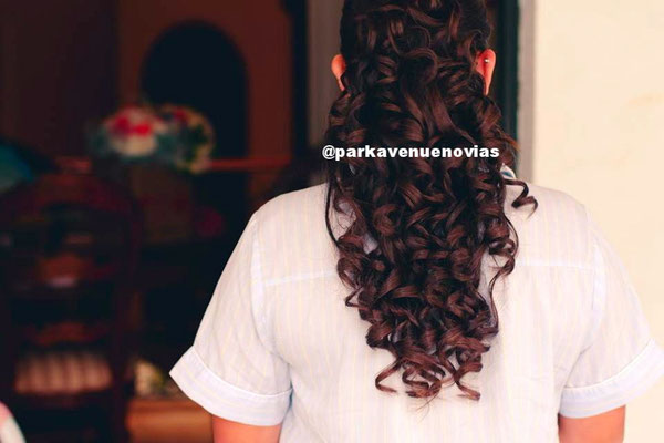 Peinado con rizos definidos foto: by park avenue novias