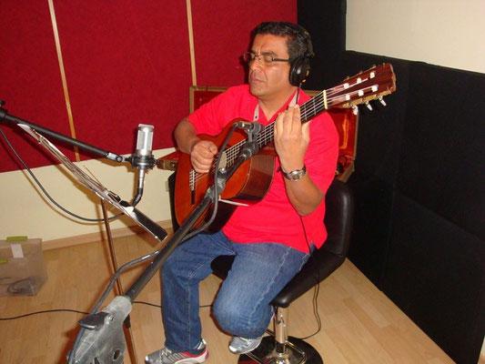 Guitarrista Juan Manuel Solano grabando en Cántico Producciones