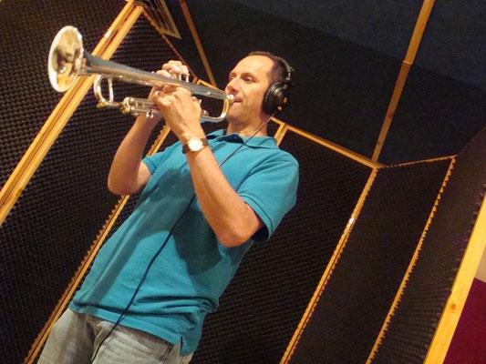 Trompetista Johnny Muñoz grabando en Cántico Producciones