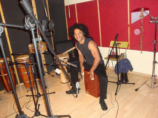 Percusionista Toto grabando en Cántico Producciones