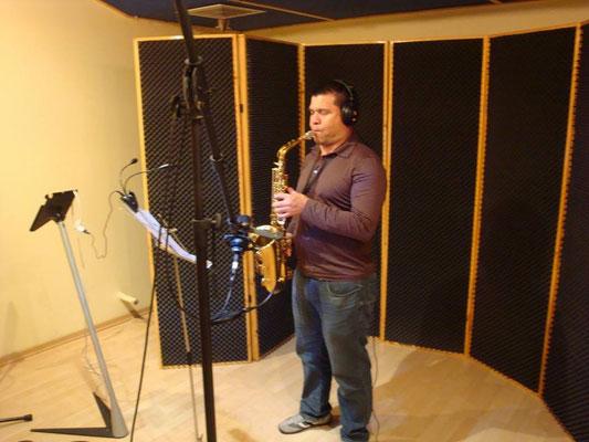 Saxofonista Tony Oconitrillo grabando en Cántico Producciones