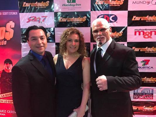 Christian Solís- Cynthia Alvarado de Cántico Producciones junto a  Scott Steiner  en estreno de Enredados la Confusión