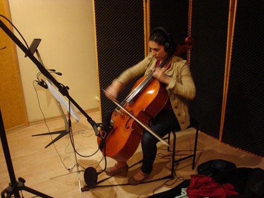 Cellista Andrea Chinchilla grabando en Cántico Producciones