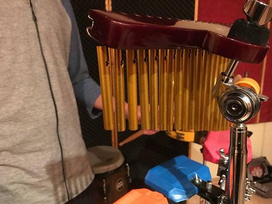 Grabando percusiones en Cántico Producciones