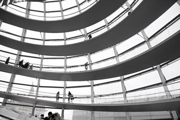 In der Glaskuppel winden sich spiralförmig angelegte Wege nach oben und wieder  herunter