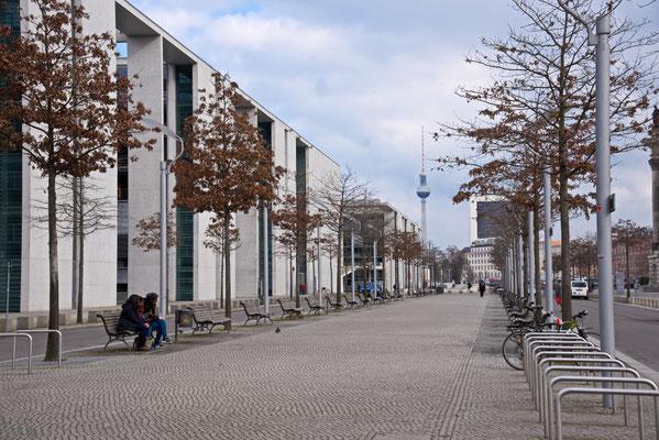 Paul Löbe Haus auf der linken Seite