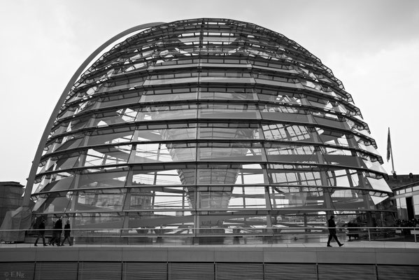 Die Glaskuppel aus Stahl und Glas hat einen Durchmesser von 40 m und ist 23,5 m hoch