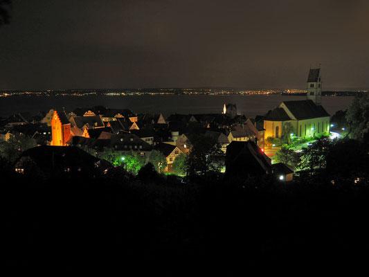 Bei Nacht ist die Stadt beleuchtet. Dieses Foto zeigt den Ausblick von der Friedrichshöhe, einem alten Wasserwerk.