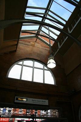ロンドン  交通の要所 アールズコート駅 Earl's Court station in London