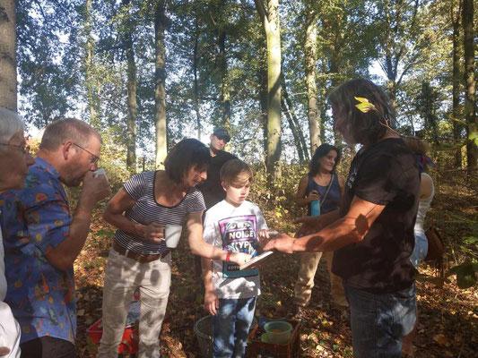 Den jüngsten Teilnehmern wurde die Fauna durch das Abspielen von Vogelstimmen lebhafter erläutert