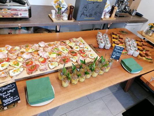 Hier unser Buffet mit Brötchen und Fleischbällchen mit Kartoffelsalat im Glas