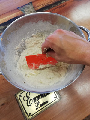 Mit der Teigkarte die Butter für die Streusel zerkleinern.