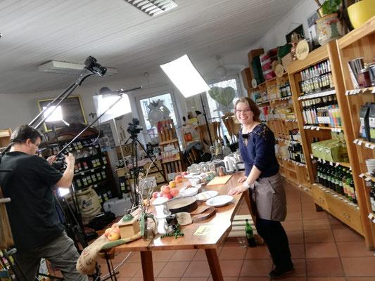 Martina gerade zwischen zwei Aufnahmen bei der Kochlandschaft Österreich