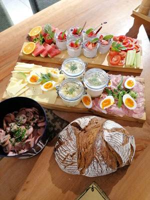 Jause mit Salat und frischem Brot