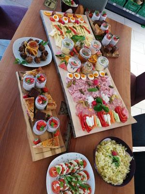 Buntes Buffet auch mit Kuchenplatte