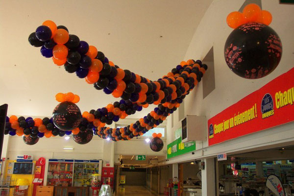 Décoration de ballons en magasin halloween