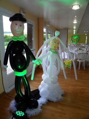 Couple de mariés en ballons