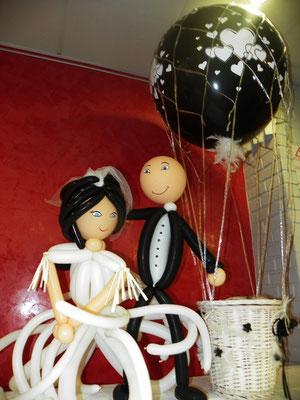 Couple de mariés en ballons et mongolfière