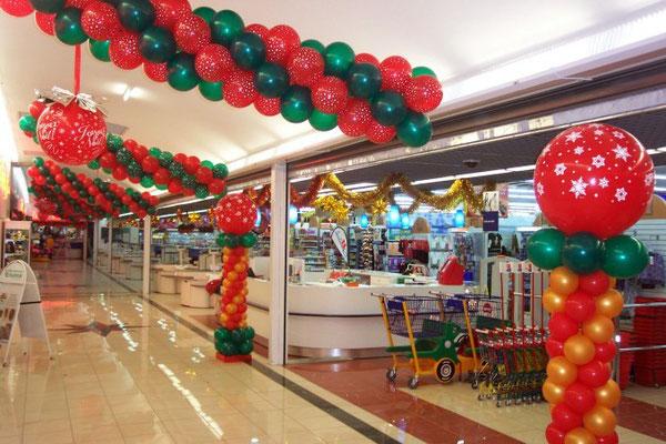 Déco de ballons Noël avec colonnes