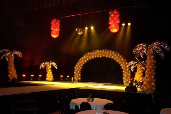 Décoration de scène en ballons tropicale