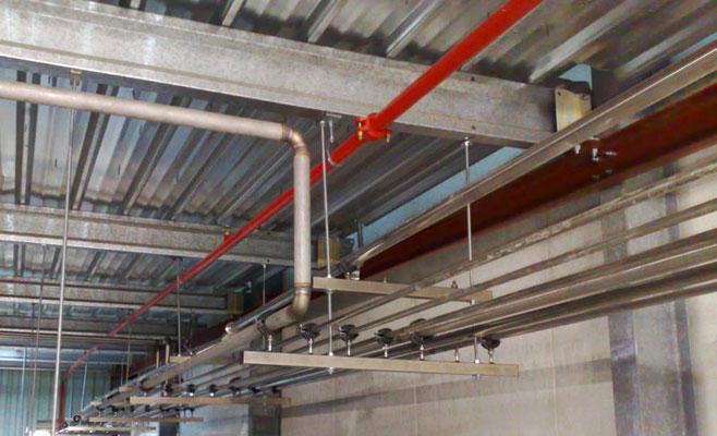 installation d'un réseau de tuyauterie installé au plafon d'un local technique