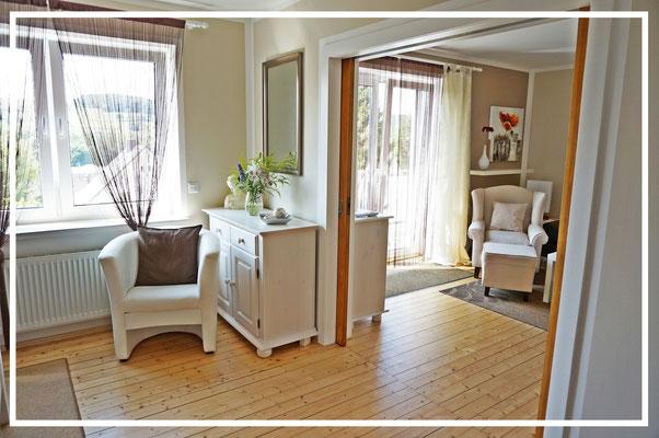 Schlafzimmer mit Blick Richtung Wohnzimmer