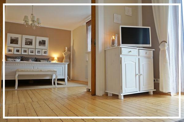 Wohnzimmer mit Blick Richtung Schlafzimmer