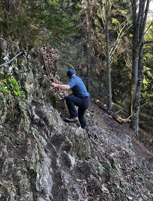 Kurze seilversicherte Felsstufe beim Abstieg