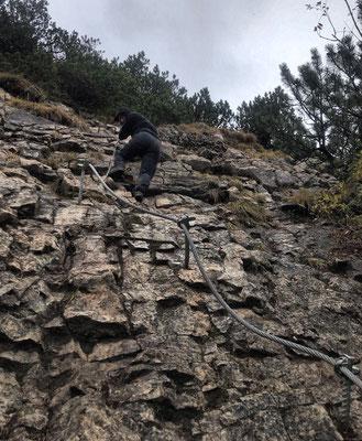 Seilversicherte Stelle beim Abstieg vom Kleinen Traithen