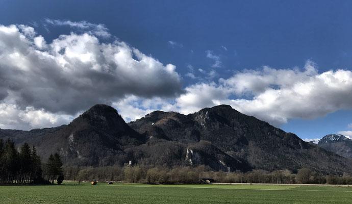Blick zurück zur Burgruine Falkenstein, Petersberg und Madron
