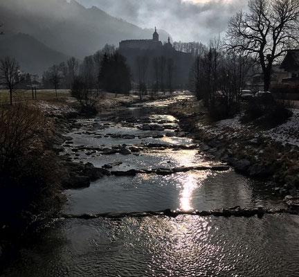 Blick über die Prien auf Schloss Hohenaschau