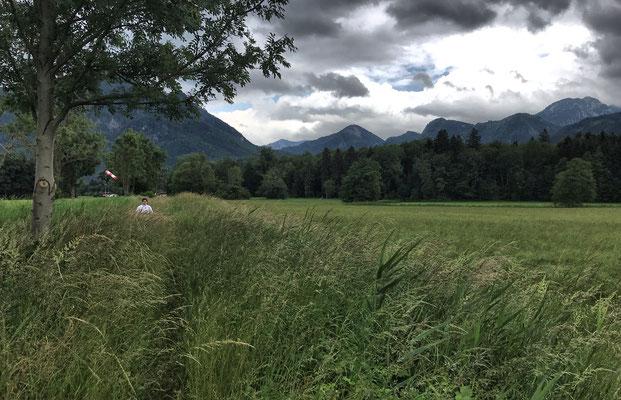 Auf einem schmalen Pfad neben dem Kirchbach