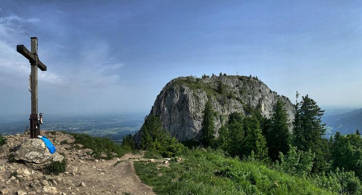 Gipfelkreuz am Heuberg Grasgipfel mit der Wasserwand im Hintergrund