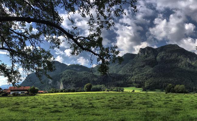 Start in Flintsbach mit Blick zum Petersberg