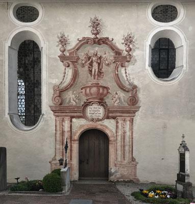 Eingang zur Friedhofskapelle Heilig Blut in Elbach