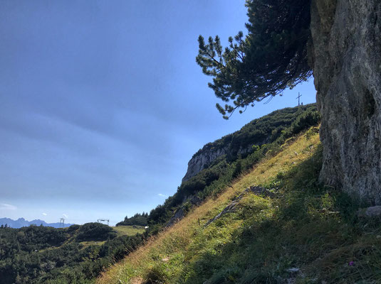 Blick zurück zum Gipfelkreuz der Kesselwand