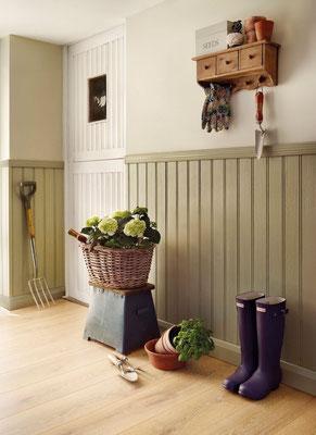 Interieurtip: Houd je entree muur schoon en maak lambrisering van laminaat.  Eenvoudig af te nemen.