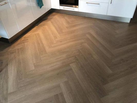 Aansluiting  van de laminaat vloer bij open keuken