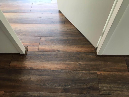 Doorlopend  gelegde laminaat vloer in de deuropening