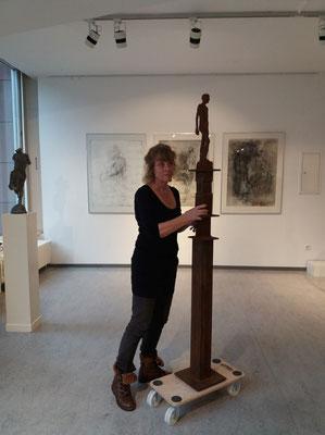 Cornelia Weihe beim Aufbau ihrer Arbeit, Foto: Jutta Hieret