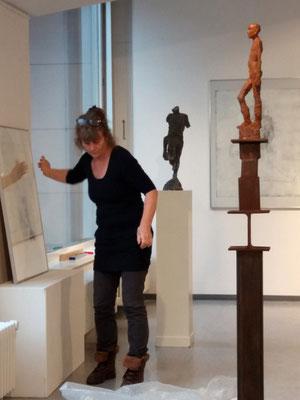 Cornelia Weihe beim Aufbau der Ausstellung, Foto: Jutta Hieret