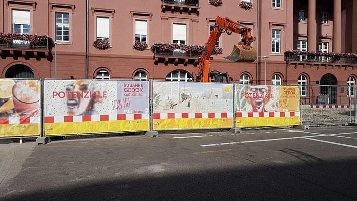 © Plakat-Kunstwerke Iris Kamlah und Gloria Keller, Bauzaun vor dem Rathaus, Marktplatz Karlsruhe