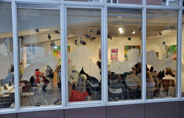 Sinneswandel, Vernissage, Blick durchs Galeriefenster, Foto: AML