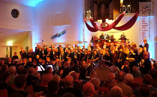 Ein beeindruckendes Finale mit beiden Chören und Orchester