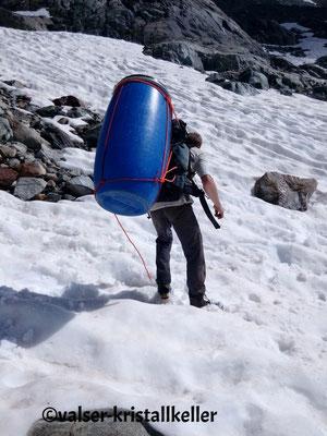 Ausrüstung und Zelt schleppen - Strahlen Grimsel Schweiz