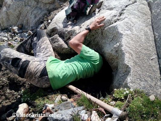 Hannes untersucht eine Kluft - Grimsel Schweiz