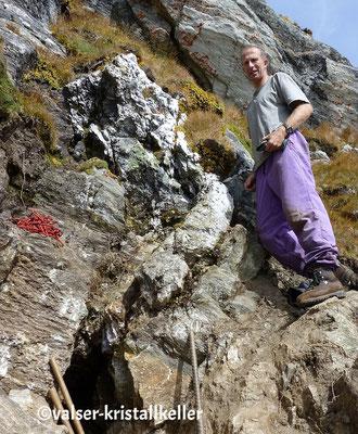Walter vor der Kluft mit Rauchquarz - Lampertschalp Vals Graubünden Schweiz
