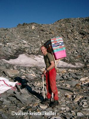 Abtransport der gefundenen Rauchquarze mit Hämatit - Plattenberg Vals Graubünden Schweiz